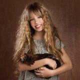 Muchacha del granjero de la moda de los niños que lleva a cabo el vintage retro de la gallina Fotos de archivo libres de regalías