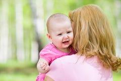 Muchacha del griterío o del trastorno con la madre al aire libre Foto de archivo libre de regalías