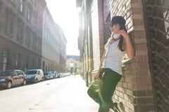 Muchacha del hip-hop con los auriculares en un ambiente urbano Fotografía de archivo