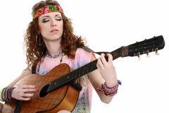 Muchacha del Hippie con la guitarra Imagen de archivo