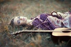 Muchacha del hippie con la guitarra Imágenes de archivo libres de regalías