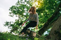 Muchacha del hippie de la flor del adolescente que disfruta de verano Foto de archivo