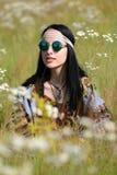 Muchacha del hippie en un campo Foto de archivo libre de regalías