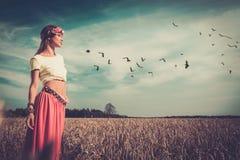Muchacha del hippie en un campo Fotos de archivo