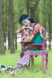 Muchacha del hippie que duerme en un bosque fotos de archivo