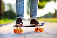 Muchacha del inconformista con el monopatín al aire libre Skateboarding del primer Foto de archivo libre de regalías