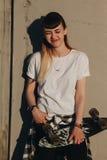 Muchacha del inconformista con el tablero del patín Fotos de archivo libres de regalías