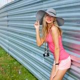 Muchacha del inconformista con la cámara retra Foto de archivo libre de regalías