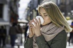 Muchacha del inconformista con la taza de café Fotografía de archivo