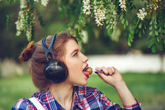 Muchacha del inconformista con los auriculares y la piruleta Foto de archivo