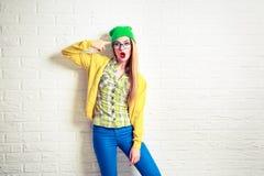 Muchacha del inconformista de la moda en la pared de ladrillo blanca Fotos de archivo libres de regalías