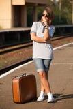 Muchacha del inconformista en la plataforma de los ferrocarriles. Foto de archivo