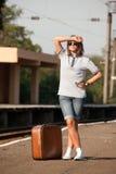 Muchacha del inconformista en la plataforma de los ferrocarriles. Imagen de archivo