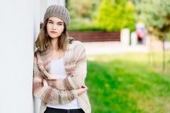 Muchacha del inconformista en la presentación de lana del suéter y del casquillo Foto de archivo libre de regalías