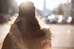 Muchacha del inconformista que camina en la calle de la ciudad Fotografía de archivo