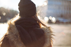 Muchacha del inconformista que camina en la calle de la ciudad Foto de archivo