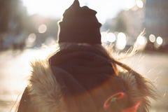 Muchacha del inconformista que camina en la calle de la ciudad Imagenes de archivo