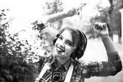 Muchacha del inconformista que disfruta de música en los auriculares y el baile Fotos de archivo libres de regalías