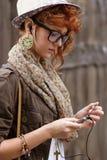 Muchacha del inconformista que escucha la música en el jugador mp3 Fotos de archivo
