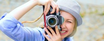 Muchacha del inconformista que hace la foto con la cámara retra Imagen de archivo libre de regalías