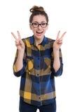 Muchacha del inconformista que muestra el signo de la paz Foto de archivo libre de regalías