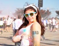 Muchacha del inconformista que señala al tatuaje del rad después de maratón Fotos de archivo