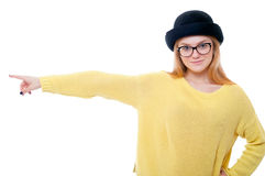 Muchacha del inconformista que señala el finger a la izquierda y a la sonrisa Imagen de archivo