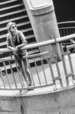 Muchacha del inconformista que se coloca en las escaleras en ciudad Imagenes de archivo