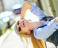 Muchacha del inconformista que se divierte en la calle de la ciudad Imagenes de archivo