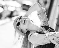 Muchacha del inconformista que se divierte en la calle de la ciudad Imagen de archivo