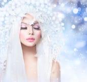 Muchacha del invierno con el peinado y el maquillaje de la nieve Foto de archivo libre de regalías
