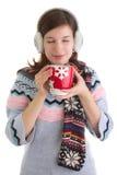 Muchacha del invierno con la bebida caliente Fotos de archivo