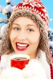 Muchacha del invierno con la bebida caliente Imágenes de archivo libres de regalías