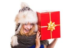 Muchacha del invierno con la caja de regalo roja aislada Foto de archivo libre de regalías