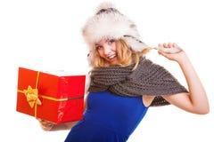 Muchacha del invierno con la caja de regalo roja aislada Fotografía de archivo libre de regalías