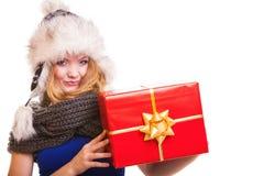 Muchacha del invierno con la caja de regalo roja aislada Foto de archivo