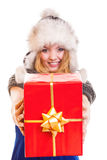 Muchacha del invierno con la caja de regalo roja aislada Imagenes de archivo