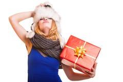 Muchacha del invierno con la caja de regalo roja aislada Fotografía de archivo