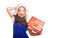 Muchacha del invierno con la caja de regalo roja aislada Imagen de archivo