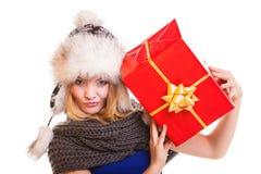 Muchacha del invierno con la caja de regalo roja aislada Imágenes de archivo libres de regalías