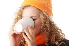 Muchacha del invierno con la taza Fotografía de archivo libre de regalías