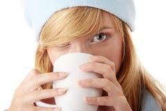 Muchacha del invierno con la taza Imagen de archivo libre de regalías