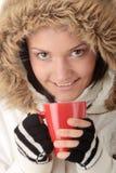 Muchacha del invierno con la taza caliente Fotografía de archivo libre de regalías
