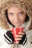 Muchacha del invierno con la taza caliente Fotos de archivo libres de regalías