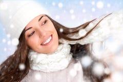 Muchacha del invierno con los copos de nieve Imágenes de archivo libres de regalías