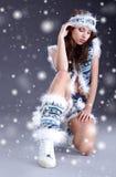 Muchacha del invierno con muchos copos de nieve Foto de archivo