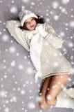 Muchacha del invierno con muchos copos de nieve Foto de archivo libre de regalías