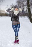 Muchacha del invierno de la belleza en parque escarchado del invierno outdoors Vuelo Snowf Imagen de archivo libre de regalías
