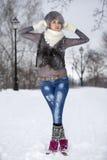 Muchacha del invierno de la belleza en parque escarchado del invierno outdoors Vuelo Snowf Fotos de archivo