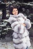 Muchacha del invierno en abrigo de pieles de lujo Imagen de archivo libre de regalías